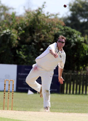 Tiddingtons Matt Maule bowls against Abingdon Vale
